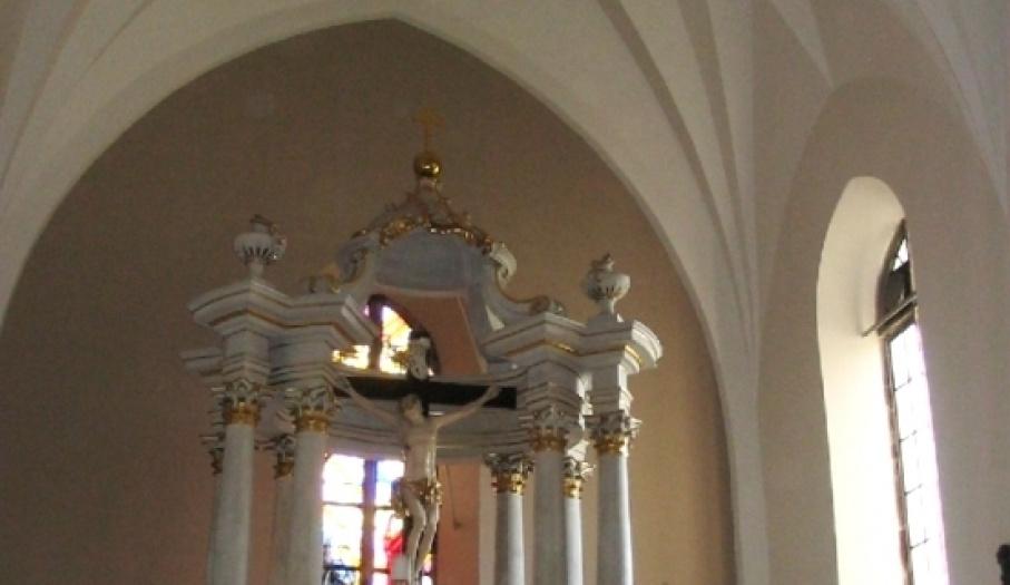 Kolegiata - ołtarz główny i sklepienie prezbiterium
